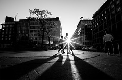 (graveur8x) Tags: city people shadows blackandwhite bw monochrome schwarzweis contrast sunset sunstar trio buildings light outdoor sun sonne street streetphotography strase frankfurt germany deutschland urban sony sonya7iii sonyilce7m3 voigtländer voigtlander 21mm