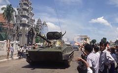 hình ảnh xe tăng quân đội nhân dân việt nam tiến vào phnom penh giải phóng campuchia khỏi nạn diệt chủng