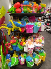 Parece que se acerca el verano (Micheo) Tags: colores colours juguetes toys playa summertime verano masse coleccion tienda store shop tedi