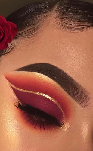 DIY Eye Makeup Sparkling Magic Gold Glitter