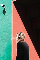 Under observation (Guido Klumpe) Tags: minimal minimalism minimalistisch simple reduced color farbe gebäude architecture architektur building perspektive perspective candid street streetphotographer streetphotography strase hannover hanover germany deutschland city stadt streetphotographde unposed streetshot