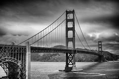 Golden Gate Bridge - San Francisco (schreudermja) Tags: sanfrancisco california californië sf goldengatebridge goldengate bridge suspensionbridge bw blackandwhite monochrome zwartwit brug hangbrug pacific stilleoceaan sanfranciscobay baaivansanfrancisco amerika verenigdestatenvanamerika unitedstatesofamerica usa unitedstates us america alcatraz route101 marincounty peninsula schiereiland us101 red rood