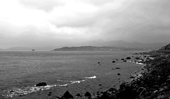 (ChristophP1211) Tags: 台灣 基隆 金山 跳石海岸 黑白 olympus penf 12100mm taiwan keelong jinsan tiaoshicoast beach sea coast bw bnw blackandwhite