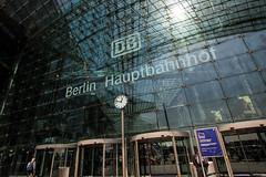 Blickwinkel (lichtauf35) Tags: hauptbahnhof berlin pov wideangle window lookingin reflection clock travel lightslines lichtauf35