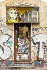 Prenzlberg Progressive (TablinumCarlson) Tags: europa europe deutschland germany brd berlin gebäude architektur architecture leica m m240 summicron tür door entry eingang prenzlauer berg prenzlberg mural stretart 90mm elbocho el bocho streetart art street