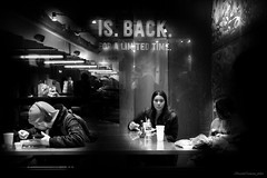 La mirada tras el cristal (ricardocarmonafdez) Tags: nyc newyork manhattan ciudad city urban streetphotography lights shadows darkness lighting highiso monocromo monochrome blackandwhite bn nikon d850 24120f4gvr people tabasco