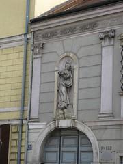 Hausfassade mit Immaculata-Figur (✿ Esfira ✿) Tags: hausfassade housefacade statue relief stockerau österreich austria niederösterreich loweraustria
