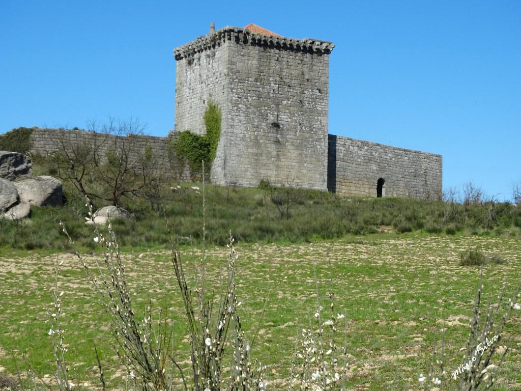 Águas Frias (Chaves) - ... o castelo de Monforte de Rio Livre (monumento nacional) em tempo de giestas brancas ...