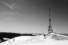 Antenne - Banne d'Ordanche, Auvergne (Ludovic Macioszczyk Photography) Tags: antenne banne dordanche auvergne nikon fm 135 kodak tmax 400 iso février 2019 © ludovic macioszczyk neige snow black white noir et blanc monochrome contrastes life light outside extérieur mm tag world monde earth asa film pellicule flickr argentique analog lumière grain photo 35mm photography