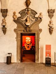 Renacimiento pop (Perurena) Tags: puerta door arquitectura palacio palace ornamentos retrato portrait davidbowie pop florencia veneto italia