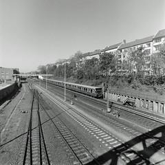 Berlin Neukölln Hermannstraße S-Bahn 21.4.2019 (rieblinga) Tags: berlin neukölln sbahn hermannstrase gleise 2142019 analog rollei 6008 ilford fp4 sw adox rodinal 150