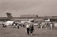 Berlin Flughafen Tempelhof 2004 Luftbrückentag (rieblinga) Tags: 2004 tag der luftbrücke flughafen tempelhof thf us air force bundeswehr raf rosinenbomber gebäude analog fuji gsw 690 iii kodak tmax 100 entwickler sw c141b