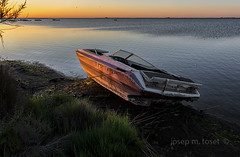 abandonada (Josep M.Toset) Tags: aigua barca blau catalunya d850 deltadelebre matinada josepmtoset mediterrani mar marina nikon sol alba sortidadesol paisatges abandonada montsià nikonafs2470mmf28ged
