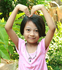 making a heart (the foreign photographer - ฝรั่งถ่) Tags: girl child making heart khlong thanon portraits bangkhen bangkok thailand canon