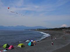 Carp stream in the air (murozo) Tags: carp stream beach sea tent paraglider sky mountain mtfuji spring oiso kanagawa japan 鯉のぼり 空 海 砂浜 テント 富士山 山 春 大磯 神奈川 日本