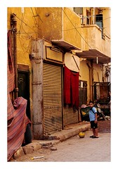 arrêt de jeu (Marie Hacene) Tags: foot assouan enfant rue street ville mur porte ballon
