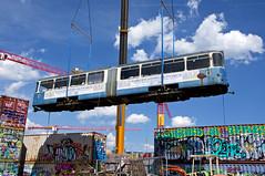 """Passgenau muss der Beiwagen zwischen den meterhoch gestapelten Containern """"landen"""" (Bild: Klaus Werner) (Frederik Buchleitner) Tags: 3010 bahnwärterthiel beiwagen munich münchen pwagen strasenbahn streetcar tram trambahn viehhof"""