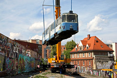 Der p-Beiwagen überquert die Wand aus alten Hafencontainern (Bild: Alfons Siebenweiber) (Frederik Buchleitner) Tags: 3010 bahnwärterthiel beiwagen munich münchen pwagen strasenbahn streetcar tram trambahn viehhof