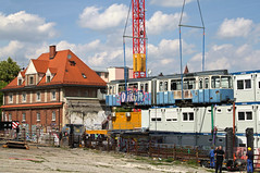 Auch in München wird der Beiwagen durch die Luft gehoben, diesmal vom Schwertransport in seine neue Heimat (Bild: Alfons Siebenweiber) (Frederik Buchleitner) Tags: 3010 bahnwärterthiel beiwagen munich münchen pwagen strasenbahn streetcar tram trambahn viehhof