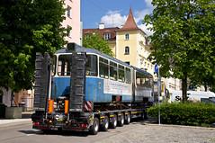 Langsam wird der Transport durch die engen Straßen rund um den Viehhof manövriert, hier in der Tumblingerstraße (Frederik Buchleitner) Tags: 3010 bahnwärterthiel beiwagen munich münchen pwagen strasenbahn streetcar tram trambahn viehhof