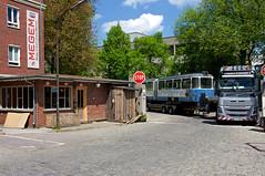 Der Schwertransport biegt aus der Zenettistraße auf das Gelände (Bild: Klaus Werner) (Frederik Buchleitner) Tags: 3010 bahnwärterthiel beiwagen munich münchen pwagen strasenbahn streetcar tram trambahn viehhof