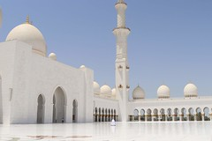 Sheikh Zayed Mosque, Abu Dhabi (martapasalodos) Tags: sheikh zayed mosque abu dhabi abudhabi united arab emirates uae travel travelling traveller culture perspective canon 77d 22mm eos objeivos camara reflex manual people walking sky sun clear beautiful awesome live feel