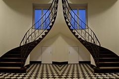 SpiegelSpielerei mit einer Treppe (Sockenhummel) Tags: stairway gespiegelt stufen staircase sstepe architecture architektur escaliers fuji xt10 wendeltreppe treppe treppenhaus steps doppelt geländer