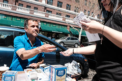 (breakbeatbilly) Tags: jacksonheights queens newyorkcity street streetphotography streetvendor humans
