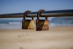 Un par de colgados (helenabalbas) Tags: nikon nikond5600 playa candado oxidado barandilla hierro azul mar arena cielo sky ciel marron colgado viejo old day dia d5600 super sprin primavera