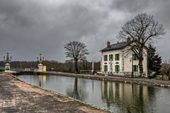 Pont-canal à Briare (Lucille-bs) Tags: europe france centre loiret briare pontcanal architecture maison canal arbre eau reflet