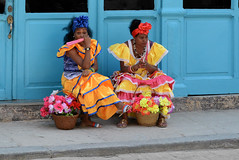 Four Eyes, Two Expressions (emerge13) Tags: cuba habanavieja lahabanavieja oldhavana lahabanaviejacuba havana habana havane colorful colorfulcities colors yellowandblue candid human humans people architecture heritagesites heritage traditionalcostumes brightcolors saariysqualitypictures hof multicolor