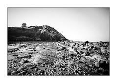 Depuis la terrasse apprécier le chaos. (Scubaba) Tags: europe france pasdecalais noirblanc noiretblanc bw blackwhite maison house plage beach falaise cliff