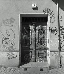 Haustür Berlin Neukölln 21.4.2019 (rieblinga) Tags: graffiti berlin haustür neukölln 2142019 analog rollei 6008 ilford fp4 sw adox rodinal 150