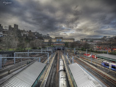 Ferrocarril y Scottish National Gallery. (Edimburgo) (Capuchinox) Tags: edimburgo edinburgh escocia scotland nubes clouds sky cielo tren train ferrocarril railway estacion station photomatix hdr perspectiva perspective sunset atardecer huawei