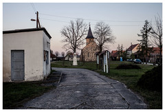 (schlomo jawotnik) Tags: 2019 april kemnitz kirche denkmal infotafel waage türe busch pkw dixiklo strommast strasenlaterne usw