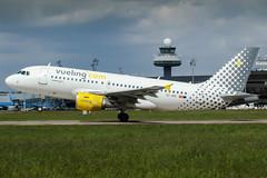EC-MIR (PlanePixNase) Tags: eddv haj hannover airport aircraft planespotting langenhagen vueling airbus a319