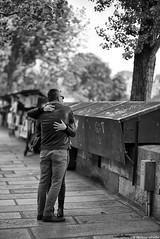 Je t'aime moi non plus (Mathieu HENON) Tags: leica leicam noctilux 50mm m240 monochrome laphotodulundi nb bw bnw noirblanc blackwhite street streetphoto streetlife photoderue france paris 5ième arrondissement amoureux couple étreinte bouquinistes trottoir quaidemontebello