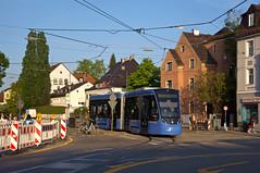 Seit Samstag ist T2-Wagen 2709 im Fahrgasteinsatz unterwegs. Am Dienstagabend beginnt er gerade seine Wendefahrt am Romanplatz (Frederik Buchleitner) Tags: 2709 avenio linie12 munich münchen romanplatz siemens strasenbahn streetcar twagen t2 tram trambahn