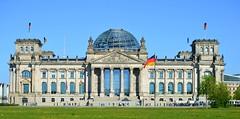 Berlin - Reichstagsgebäude (cnmark) Tags: germany berlin tiergarten platzderrepublik reichstag reichstagsgebäude building gebäude architecture architektur paulwallot normanfoster neorenaissance renaissancerevival fahnedereinheit blauer himmel blue sky ©allrightsreserved