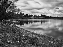 Wolkenfluss (lebastian) Tags: scharzweiss panasonic dmcgx8 olympus m1240mm f28 blackandwhite river wasser langzeitbelichtung longexposure wolken clouds