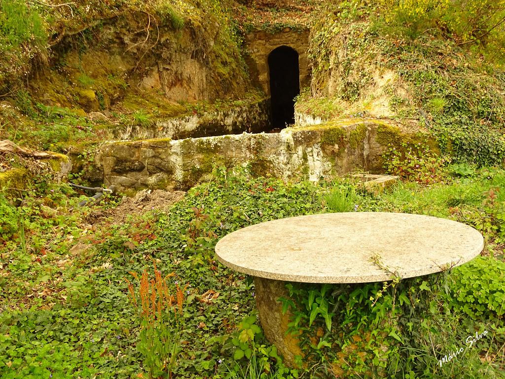 Águas Frias (Chaves) - ... a mina de água, o tanque e a mesa ...