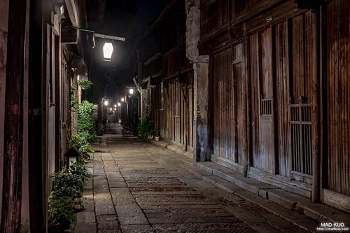 烏鎮-深夜 十點後鎮上的燈火便熄了,剩下基本的幾盞路燈,以及幾間營業至凌晨的酒吧,退去繁華,恢復寧靜後的小鎮,彷彿這時候才是它真實的樣貌,靜靜的在歷史中沉睡。  回台後始終無法忘懷烏鎮。來過,便不曾離開,劉若英為代言烏鎮的一句話,還真是非常貼切。