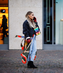 (graveur8x) Tags: woman candid street fashion cool phone mobilephone talking scarf girl frankfurt germany deutschland strase streetphotography canon colours colors human female canoneos5dmarkiv canonef135mmf2lusm 135mm f2 bag purse blond cold