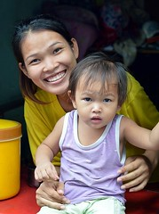 mother and child (the foreign photographer - ฝรั่งถ่) Tags: mother child doorway khlong thanon portraits bangkhen bangkok thailand nikon d3200