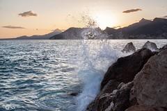 El Gran Salto (R'Lay) Tags: aguademar olas puestadesol sol montañas paisajemarino aguaenmovimiento costamediterránea
