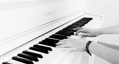 "Les doigts de l'artiste (1) le "" LA"" (michellouvel85) Tags: piano doigts mains noiretblanc sonyflikraward sonyphotographing"