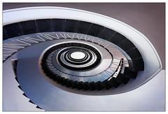 Treppenhaus | staircase (frodul) Tags: gebäude geländer gestaltung innenansicht konstruktion kreis kurve rund stair staircase stairrail stairway treppe treppenhaus münchen treppenaufgang bayern deutschland