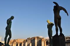 Igor Mitoraj (1944-2014), temple d'Apollon, Pompéi, Campanie, Italie. (byb64 (en voyage jusqu'au 30)) Tags: naples neapel napoli nápoles campanie kampanien campania cittàmetropolitanadinapoli italie italy italia italien europe europa eu ue unesco unescoworldheritagesite patrimoinemondial pompéi pompei ruines ruinas ruins pompeii igormitoraj sculpteur sculpture escultura statua estatua bronze bronzo pompeji pompeya pompeiantica помпеи кампания италия неаполь игорьмиторай forum foro temple tempio форум tempel храм