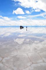 Salar d'Uyuni Bolivie_4239 (ichauvel) Tags: salarduyuni sel salt géometrie graphisme femme woman 4x4 vehiculetoutterrain car ciel sky lumièredusoleil light exteriuer outside eau water bolivie provincedepotosi amériquedusud southamerica amériquelatine voyage travel reflets reflections