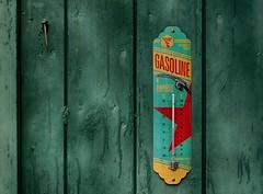 Biker's Choice (BeMo52) Tags: art fahrenheit garage grün holz pentaconauto50mmf18mc schraube thermometer celsius tor tür door